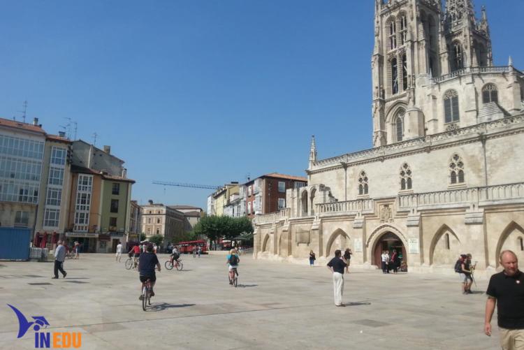 Không gian ngôi trường Đại học Burgos