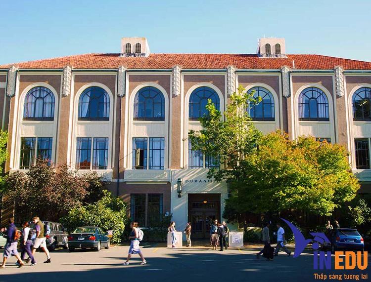 Khuôn viên trường rộng lớn