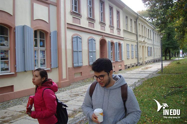 Trường Sprachen Berlin nằm tại vị trí trung tâm Berlin với giao thông, đi lại thuận tiện