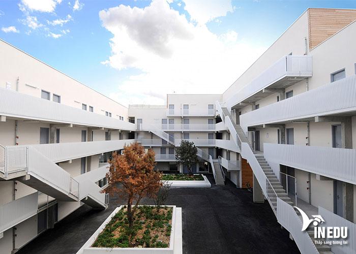 Khuôn viên hiện đại của trường Ecole Internationale des Sciences du Traitement de l'Information