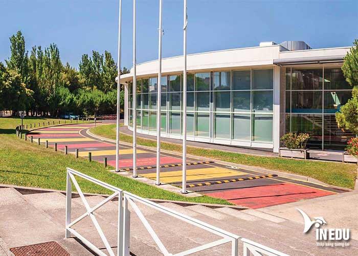 Trường La Rochelle Business School có khuôn viên đẹp và hiện đại