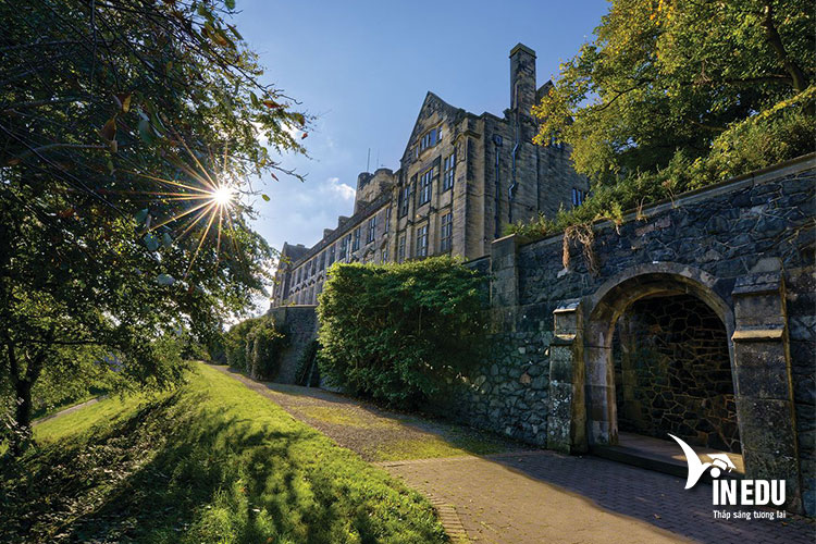 Đại học Bangor có khuôn viên cổ kính nhưng không kém phần hiện đại