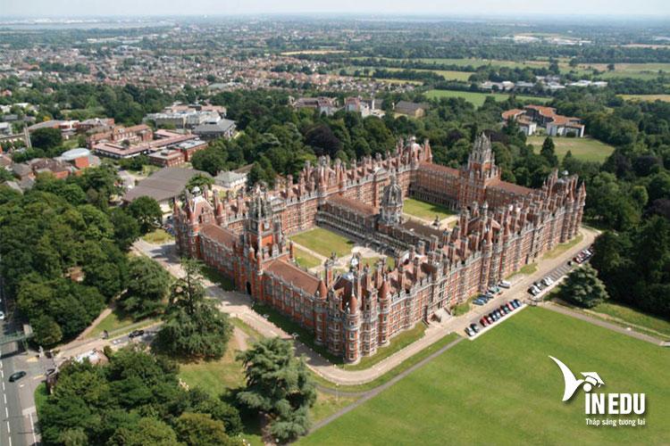 Khuôn viên trường rộng lớn với lối kiến trúc hoàng gia