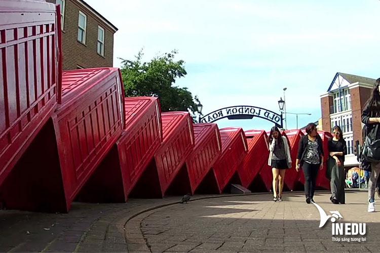 Trường nằm trong khu vực Royal Borough of Kingston on Thames