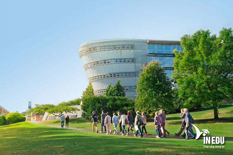 University of Surrey - ngôi trường luôn thu hút đông đảo sinh viên quốc tế theo học