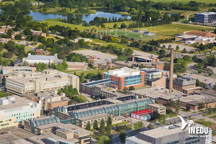Khuôn viên trường rộng lớn với cơ sở vật chất hiện đại phục vụ học tập và giảng dạy